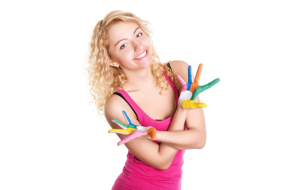 barevné dívčí dlaně