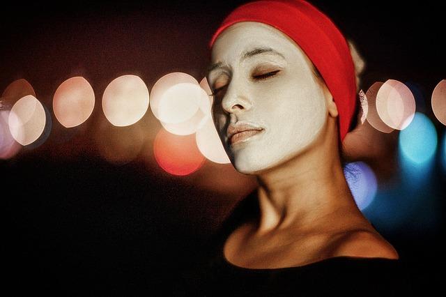 žena s maskou