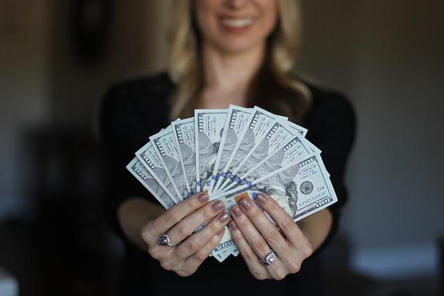 blondýna s bankovkami