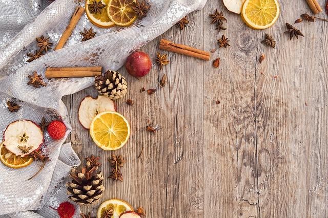 tyčinky skořice a ovoce