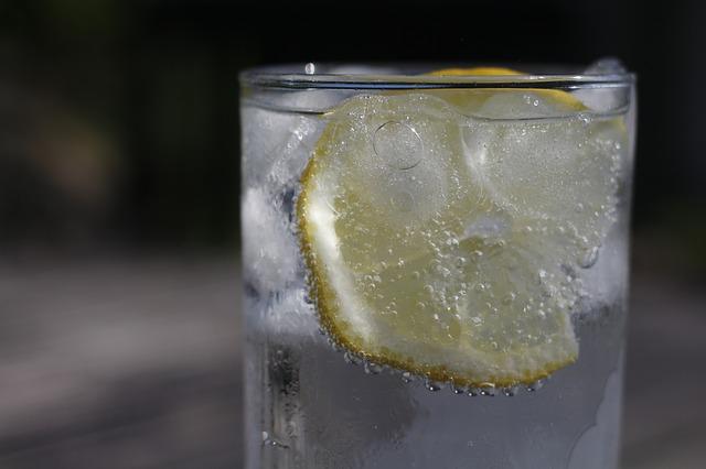 citronová voda s ledem
