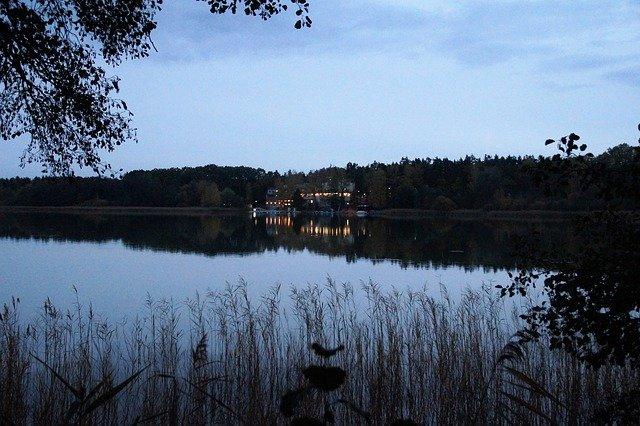 večer u jezera