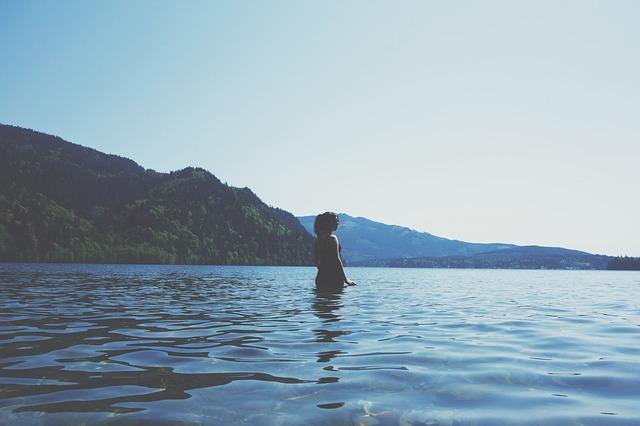 koupání v jezeře