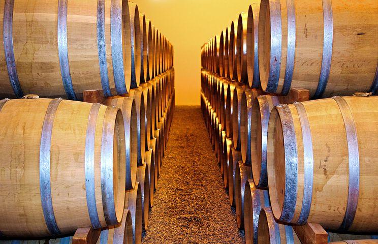 víno sudy ve sklepě - kopie